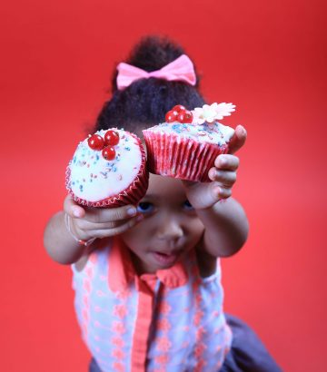 8 Marie Chavarot photographe patisserie portrait gourmand little girl kid pink cupcake flowers photoshoot paris
